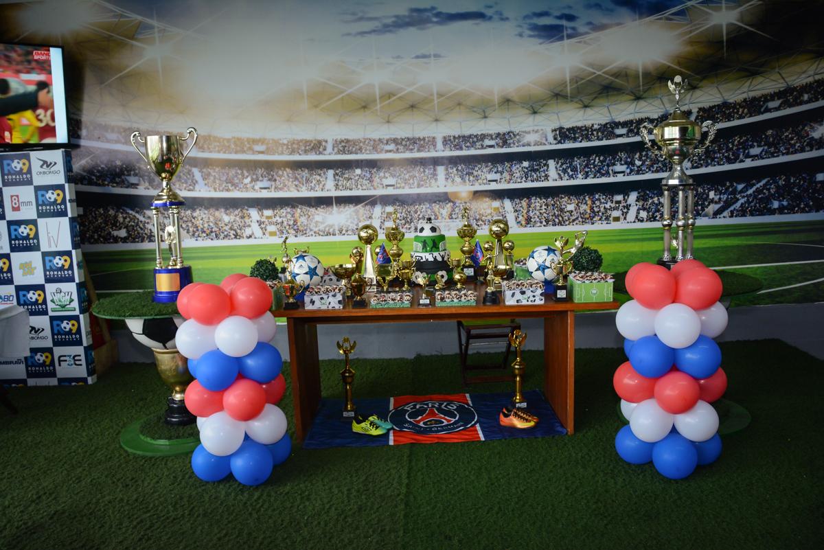 mesa temática no Buffet High Soccer, aniversário de Daniel 9 anos, tema da festa futebol, time Barcelona