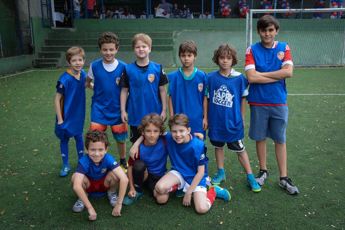 pose dos jogadores para a foto no Buffet High Soccer, aniversário de Daniel 9 anos, tema da festa futebol, time Barcelona