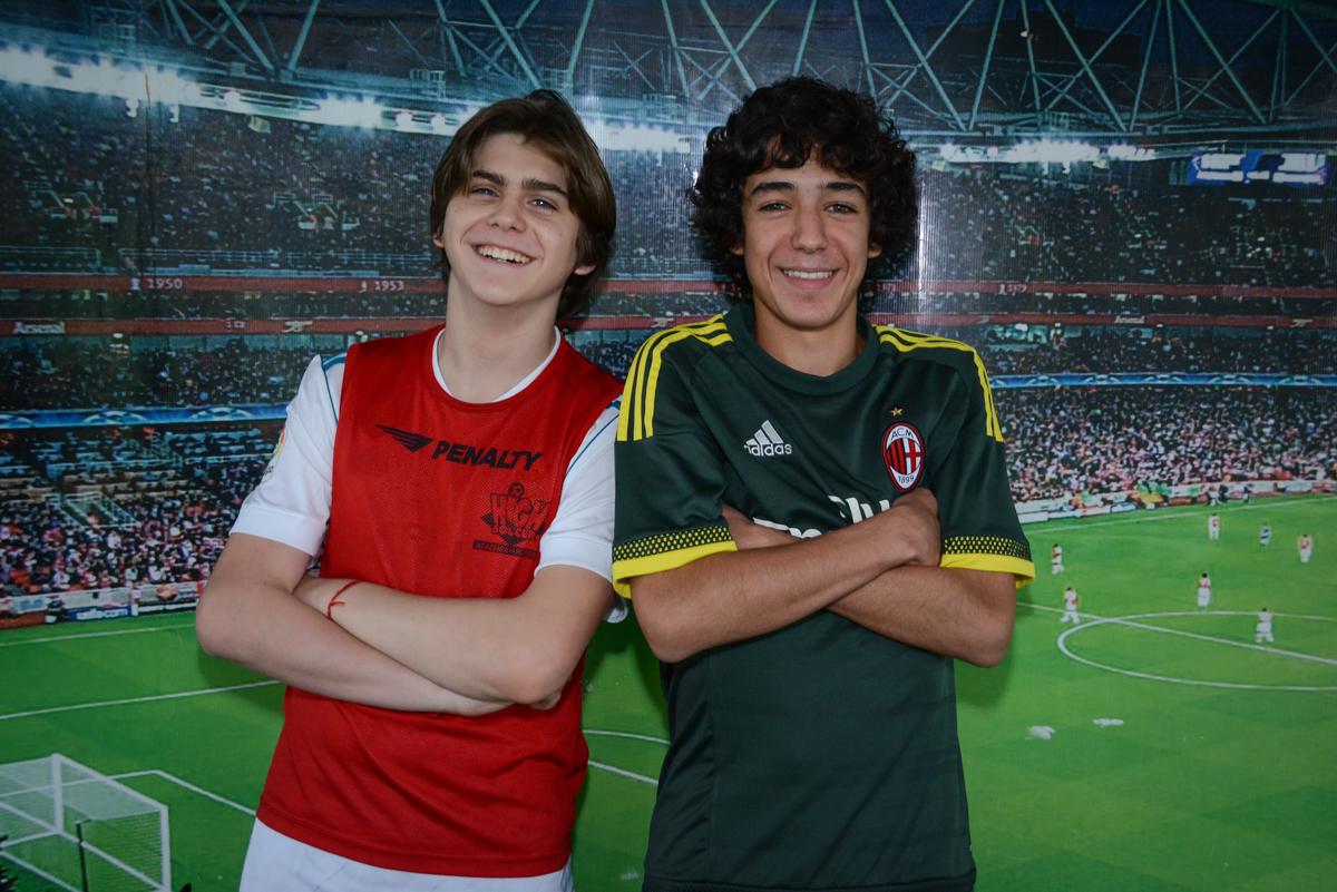 fotografia do irmão com o amigo no Buffet High Soccer, aniversário de Daniel 9 anos, tema da festa futebol, time Barcelona