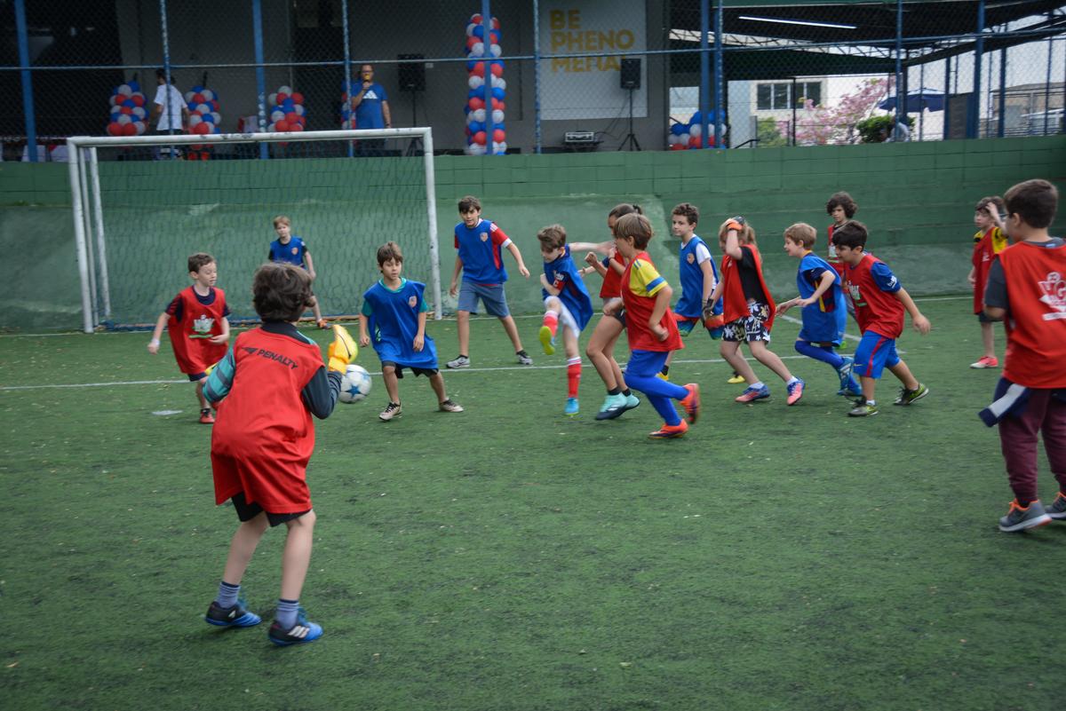 jogo de futebol divertido no Buffet High Soccer, aniversário de Daniel 9 anos, tema da festa futebol, time Barcelona