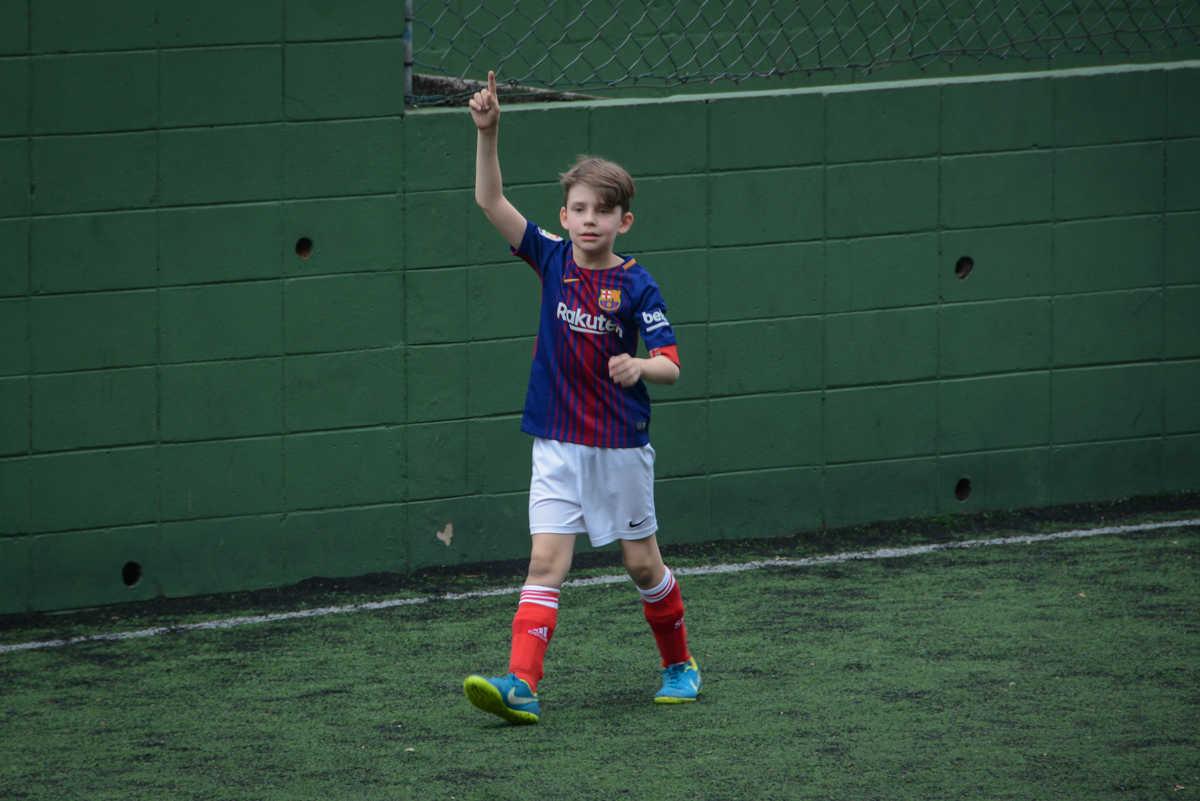 comemorando gol no Buffet High Soccer, aniversário de Daniel 9 anos, tema da festa futebol, time Barcelona