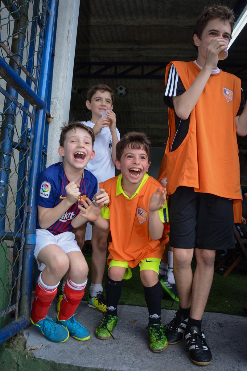 brincadeiras divertidas no Buffet High Soccer, aniversário de Daniel 9 anos, tema da festa futebol, time Barcelona