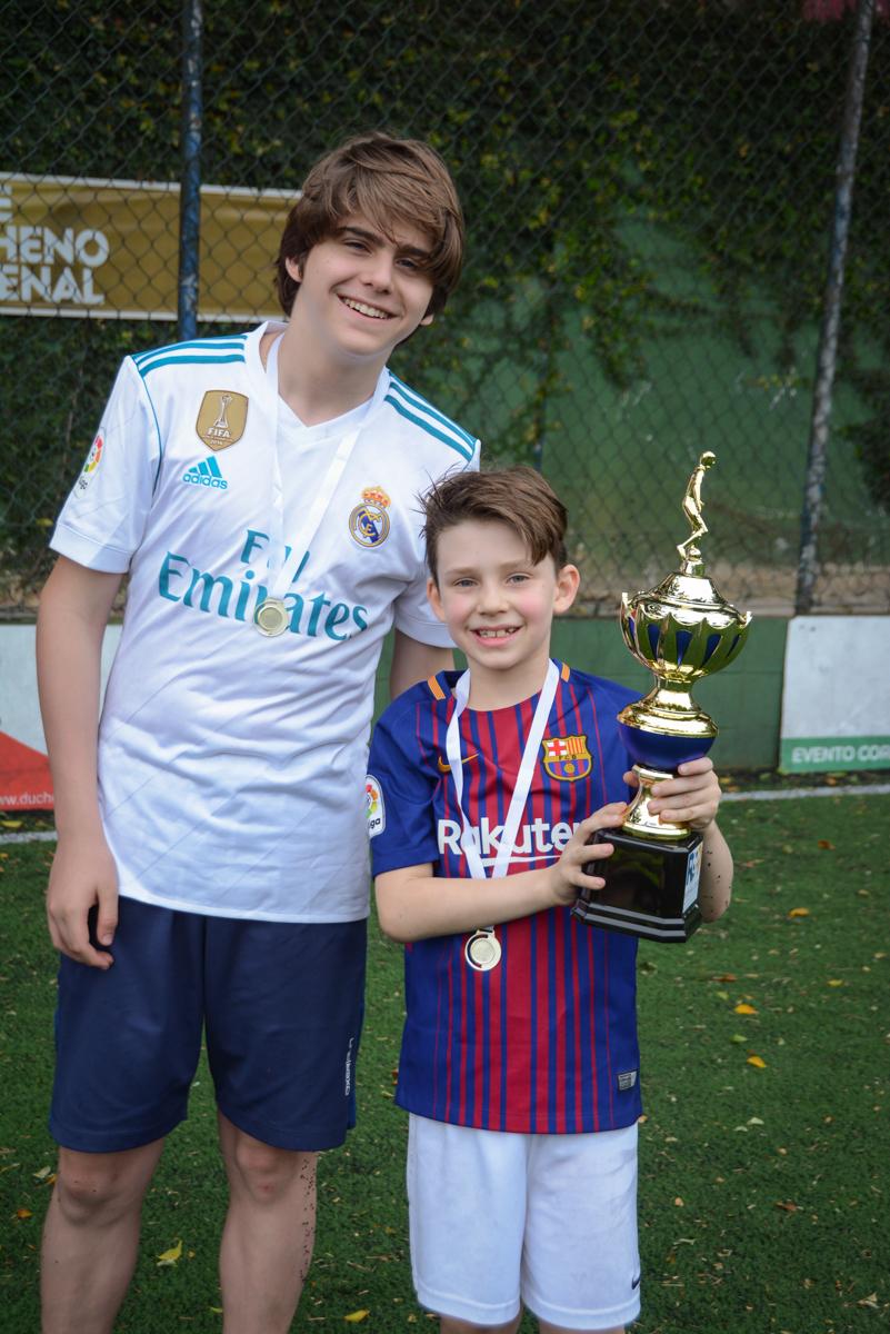 hora de receber a taça no Buffet High Soccer, aniversário de Daniel 9 anos, tema da festa futebol, time Barcelona