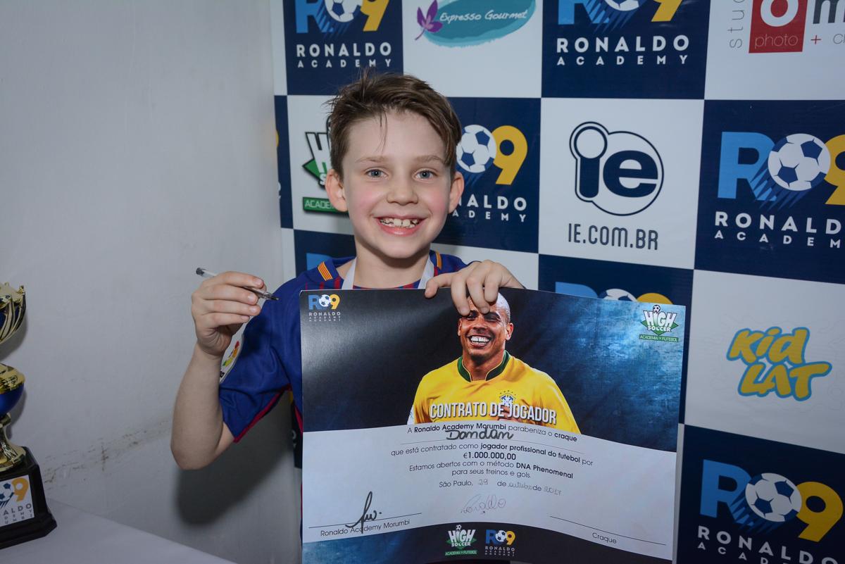 recebendo o contrato no Buffet High Soccer, aniversário de Daniel 9 anos, tema da festa futebol, time Barcelona