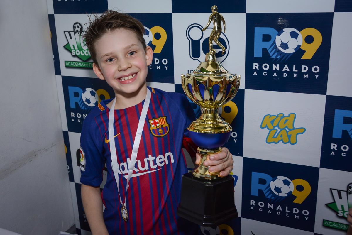 erguendo a taça de campeão no Buffet High Soccer, aniversário de Daniel 9 anos, tema da festa futebol, time Barcelona