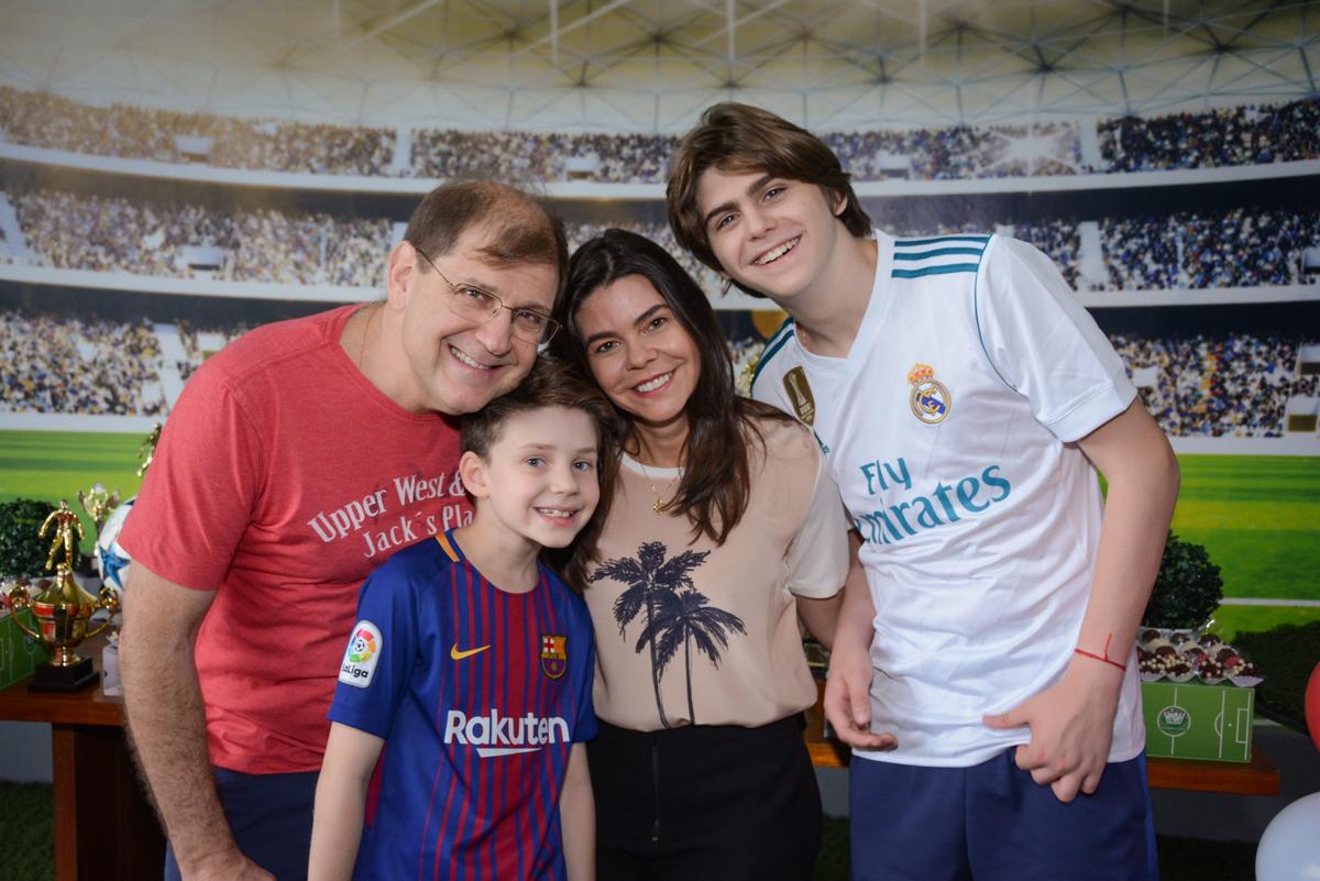 fotografia d família no Buffet High Soccer, aniversário de Daniel 9 anos, tema da festa futebol, time Barcelona