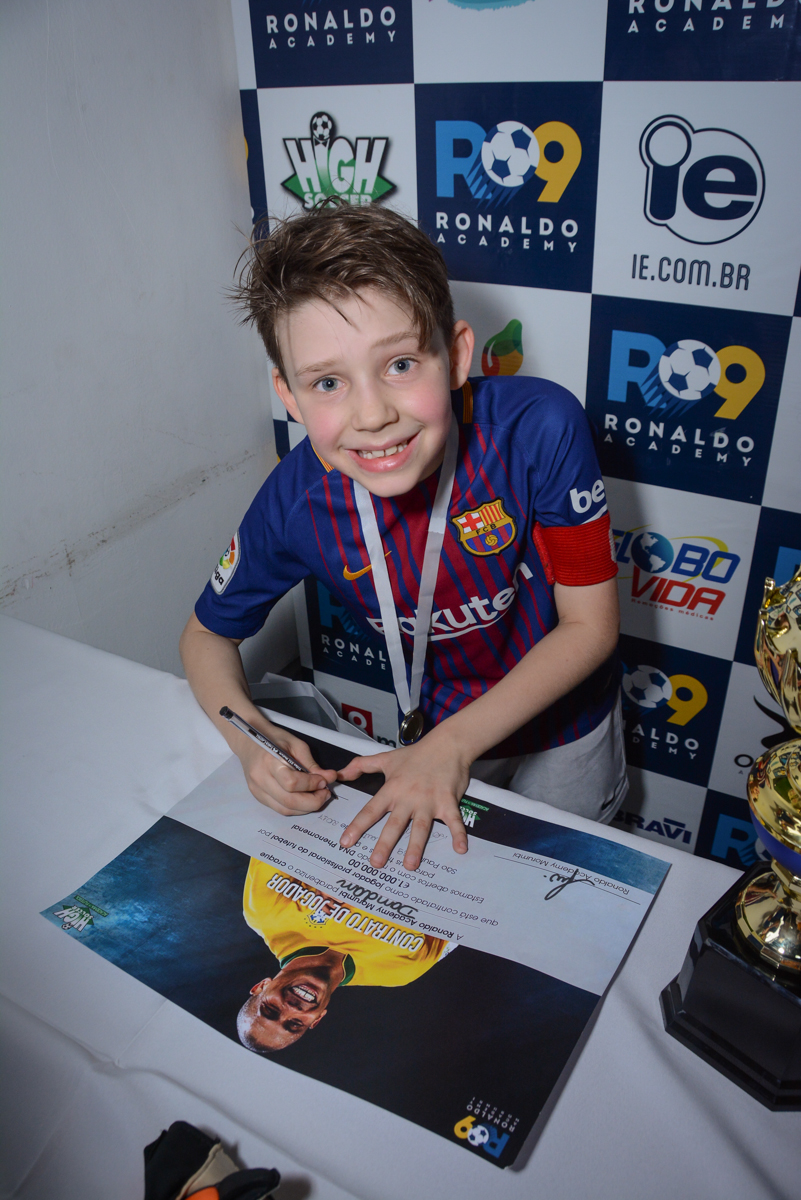 assinando o contrato no Buffet High Soccer, aniversário de Daniel 9 anos, tema da festa futebol, time Barcelona