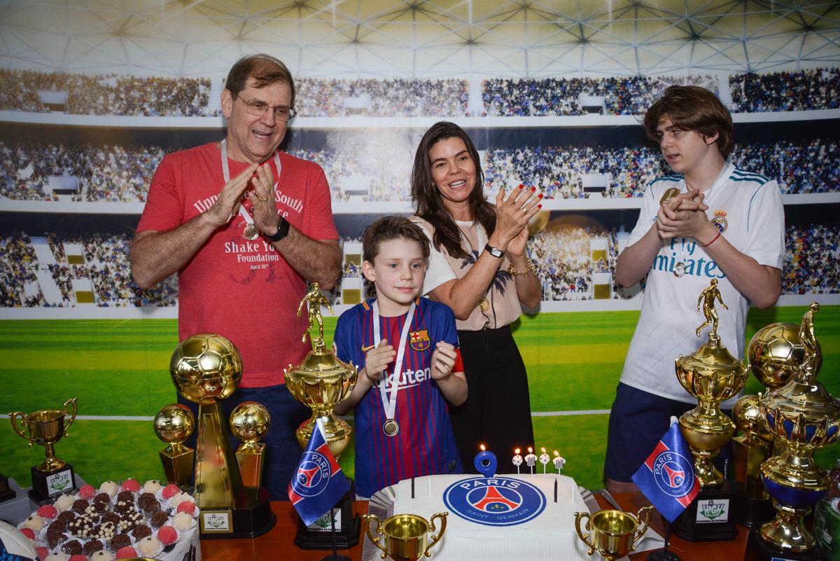 cantando parabéns no Buffet High Soccer, aniversário de Daniel 9 anos, tema da festa futebol, time Barcelona