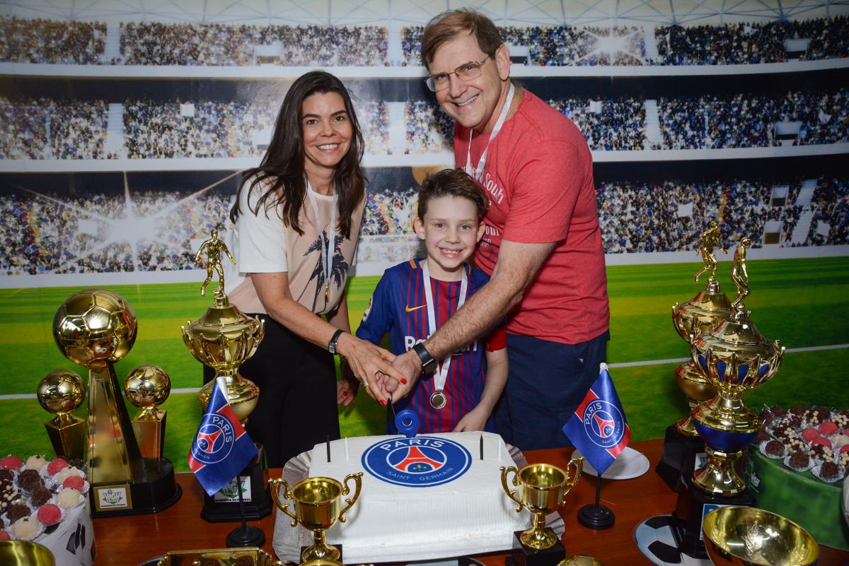 cortando o primeiro pedaço de bolo no Buffet High Soccer, aniversário de Daniel 9 anos, tema da festa futebol, time Barcelona