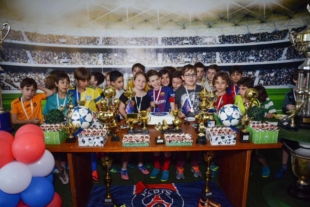 fotografia com todos os amigos no Buffet High Soccer, aniversário de Daniel 9 anos, tema da festa futebol, time Barcelona
