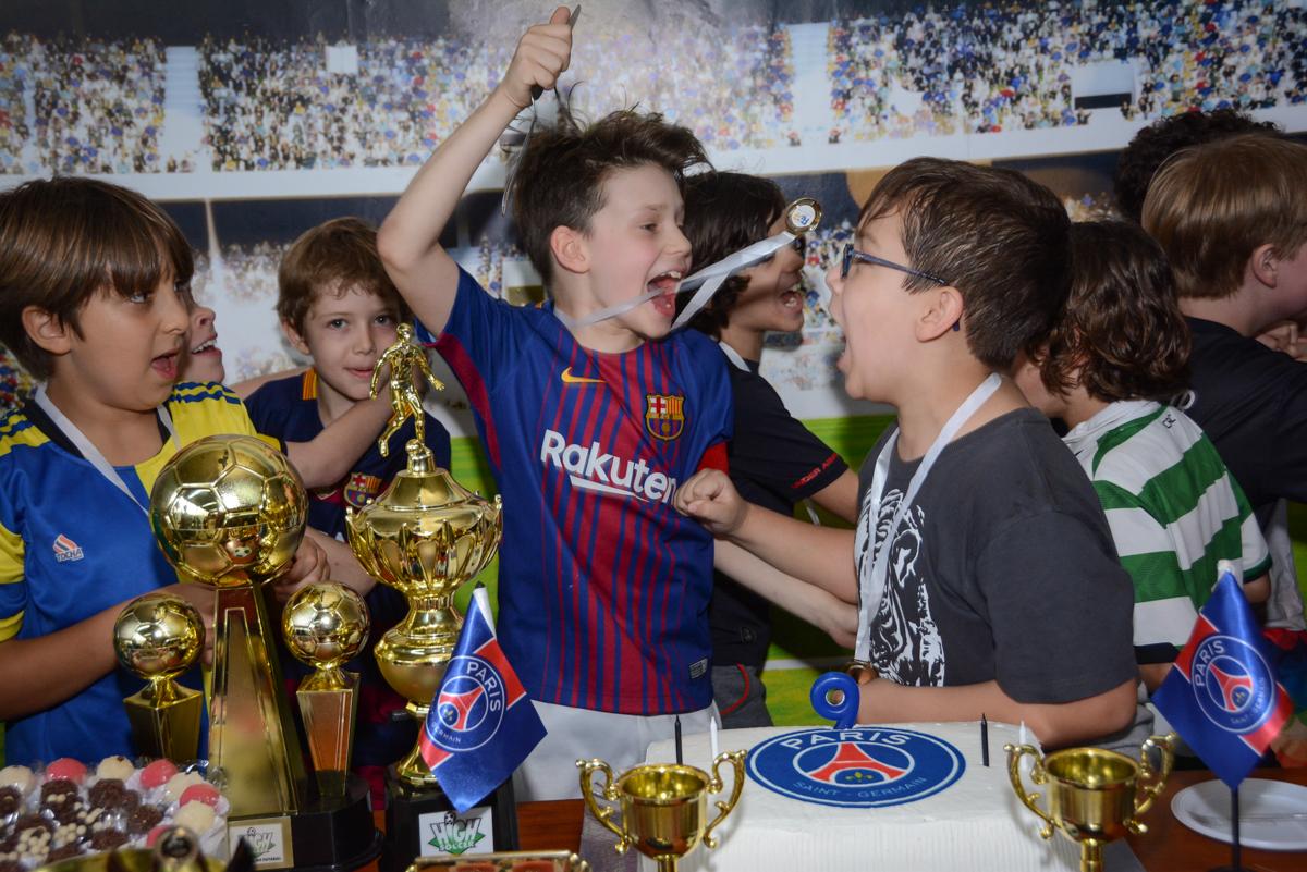 final da festa no Buffet High Soccer, aniversário de Daniel 9 anos, tema da festa futebol, time Barcelona