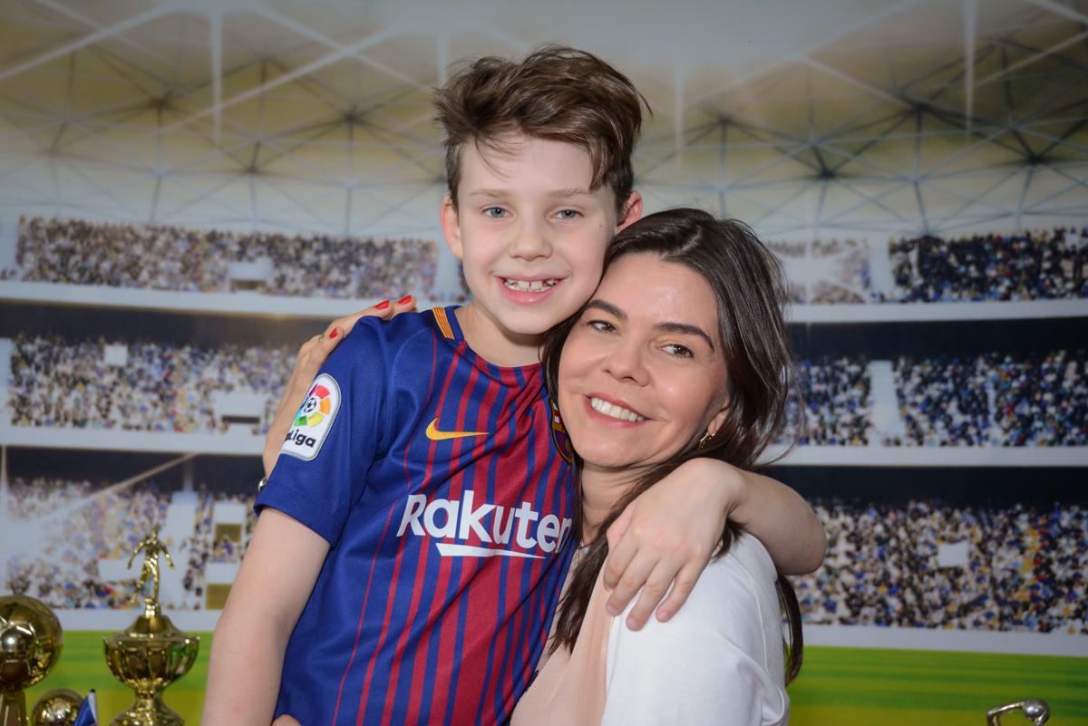 foto mãe e filho no Buffet High Soccer, aniversário de Daniel 9 anos, tema da festa futebol, time Barcelona