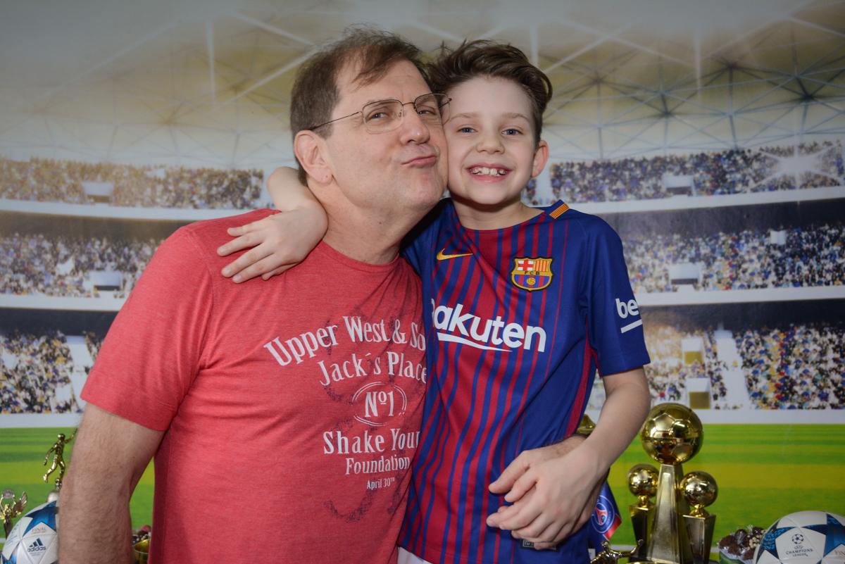 foto pai e filho no Buffet High Soccer, aniversário de Daniel 9 anos, tema da festa futebol, time Barcelona