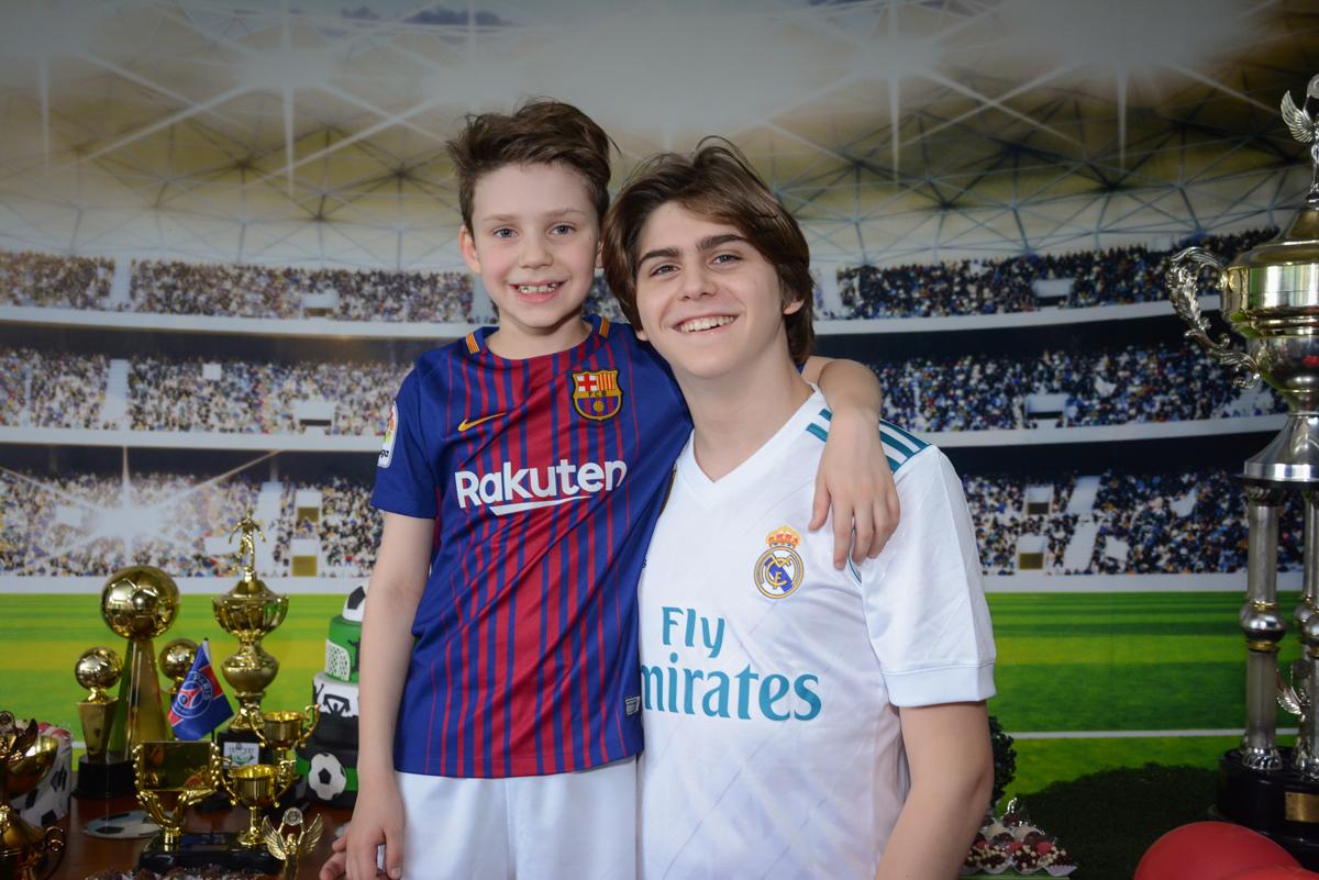 fotografia com o irmão no Buffet High Soccer, aniversário de Daniel 9 anos, tema da festa futebol, time Barcelona