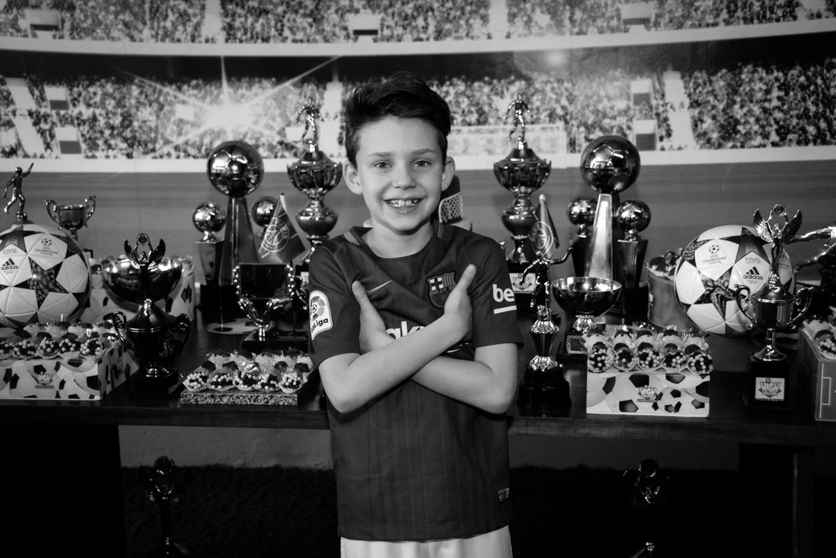 posando para a foto no Buffet High Soccer, aniversário de Daniel 9 anos, tema da festa futebol, time Barcelona