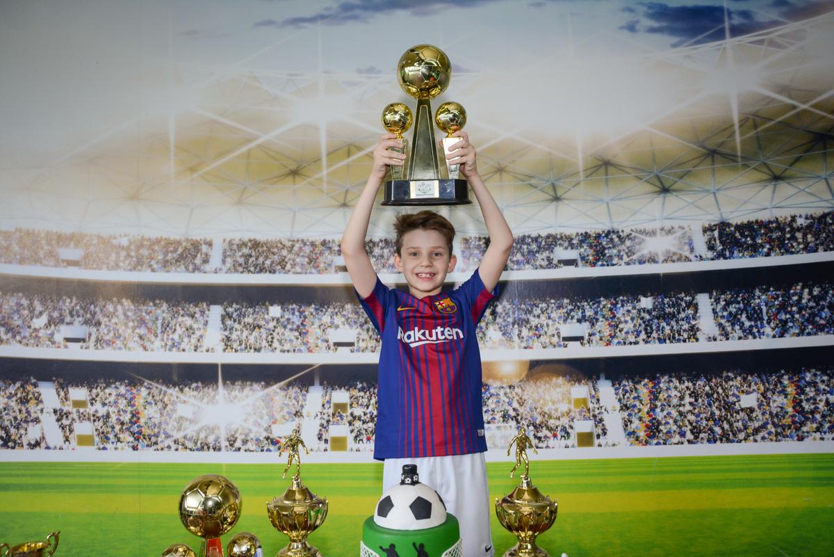 levantando a taça de campeão no Buffet High Soccer, aniversário de Daniel 9 anos, tema da festa futebol, time Barcelona