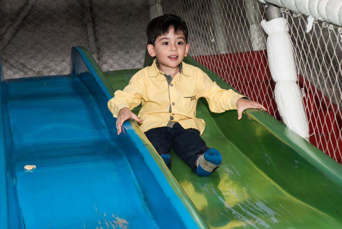 aniversariante brinca no escorregador no Buffet Fábrica da Alegria, Osasco,São Paulo, aniversário de Vitor 10 anos, tema da festa Patrulha Canina