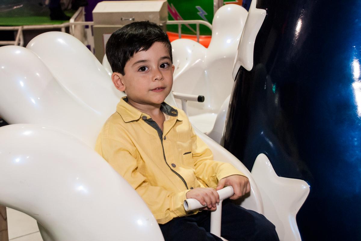 hora de brincar no carrossel no Buffet Fábrica da Alegria, Osasco,São Paulo, aniversário de Vitor 10 anos, tema da festa Patrulha Canina