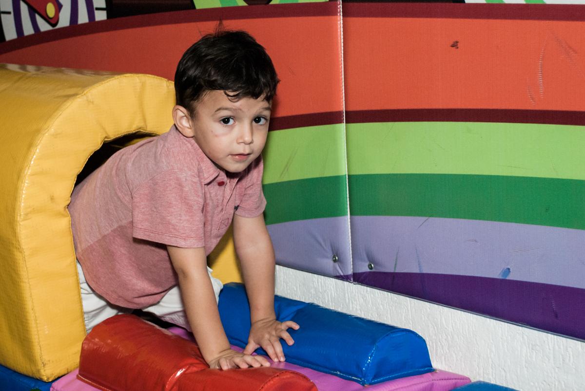 brincando  na área baby no Buffet Fábrica da Alegria, Osasco,São Paulo, aniversário de Vitor 10 anos, tema da festa Patrulha Canina