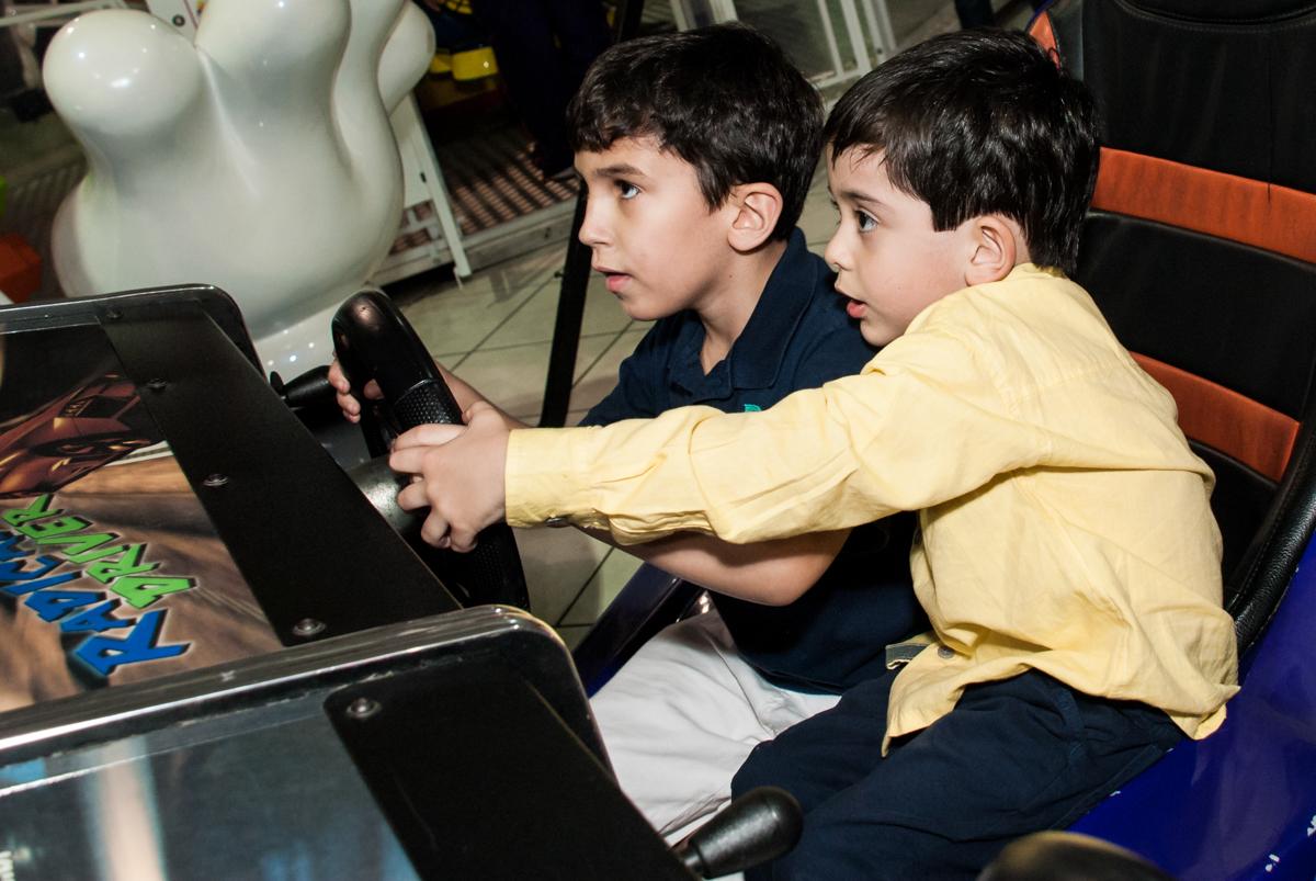 brincando no simulador de corridas no Buffet Fábrica da Alegria, Osasco,São Paulo, aniversário de Vitor 10 anos, tema da festa Patrulha Canina