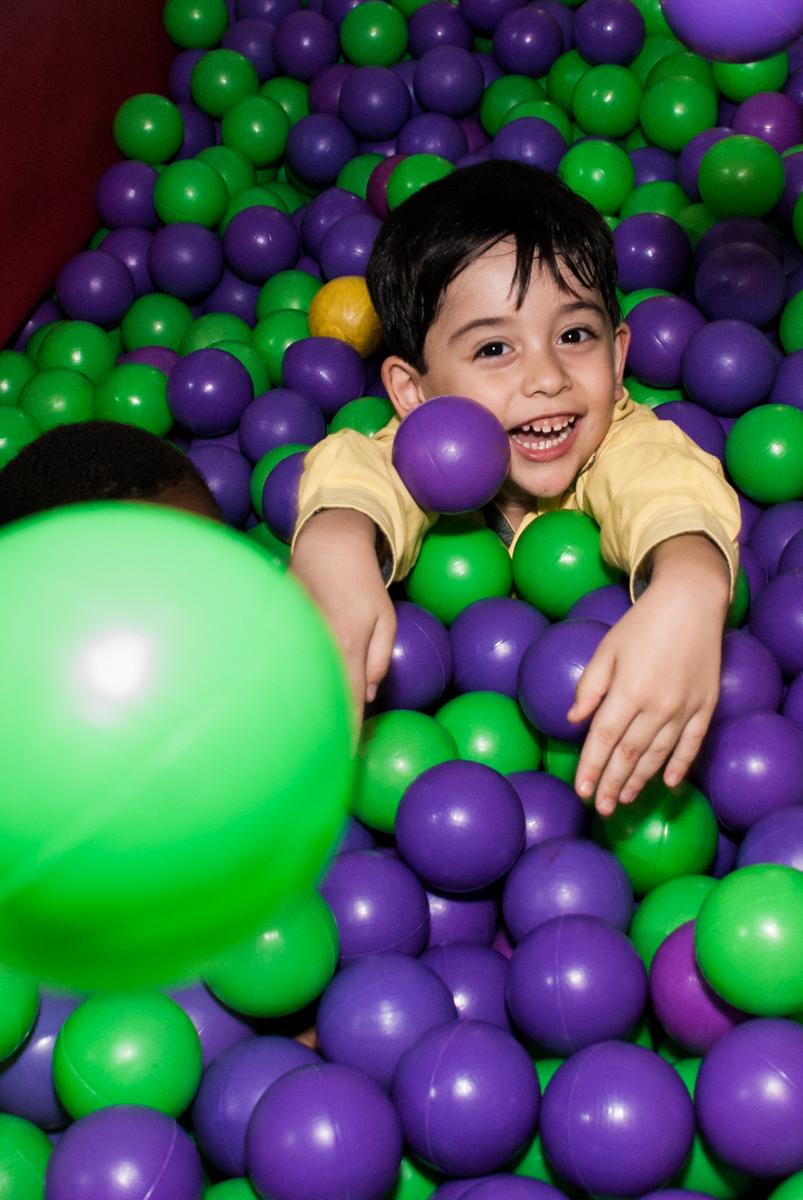 aniversariante brinca na área baby no Buffet Fábrica da Alegria, Osasco,São Paulo, aniversário de Vitor 10 anos, tema da festa Patrulha Canina