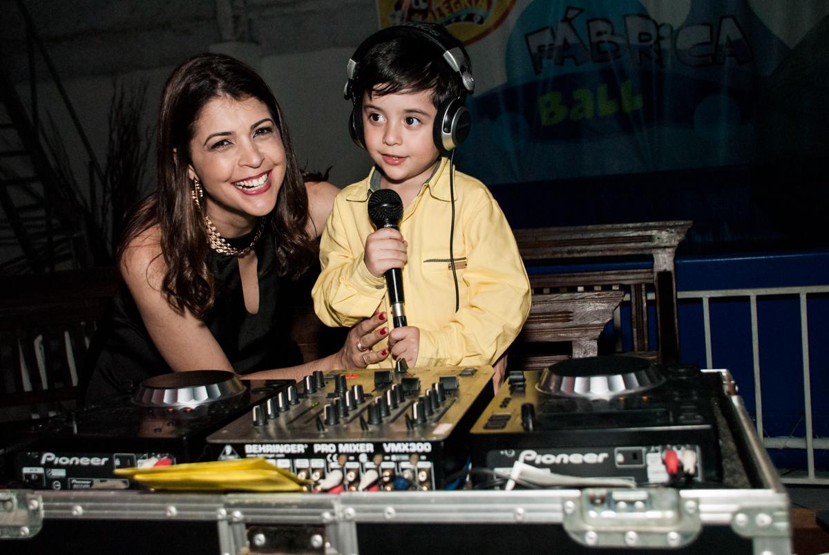 DJ mirim com sua mãe no Buffet Fábrica da Alegria, Osasco,São Paulo, aniversário de Vitor 10 anos, tema da festa Patrulha Canina