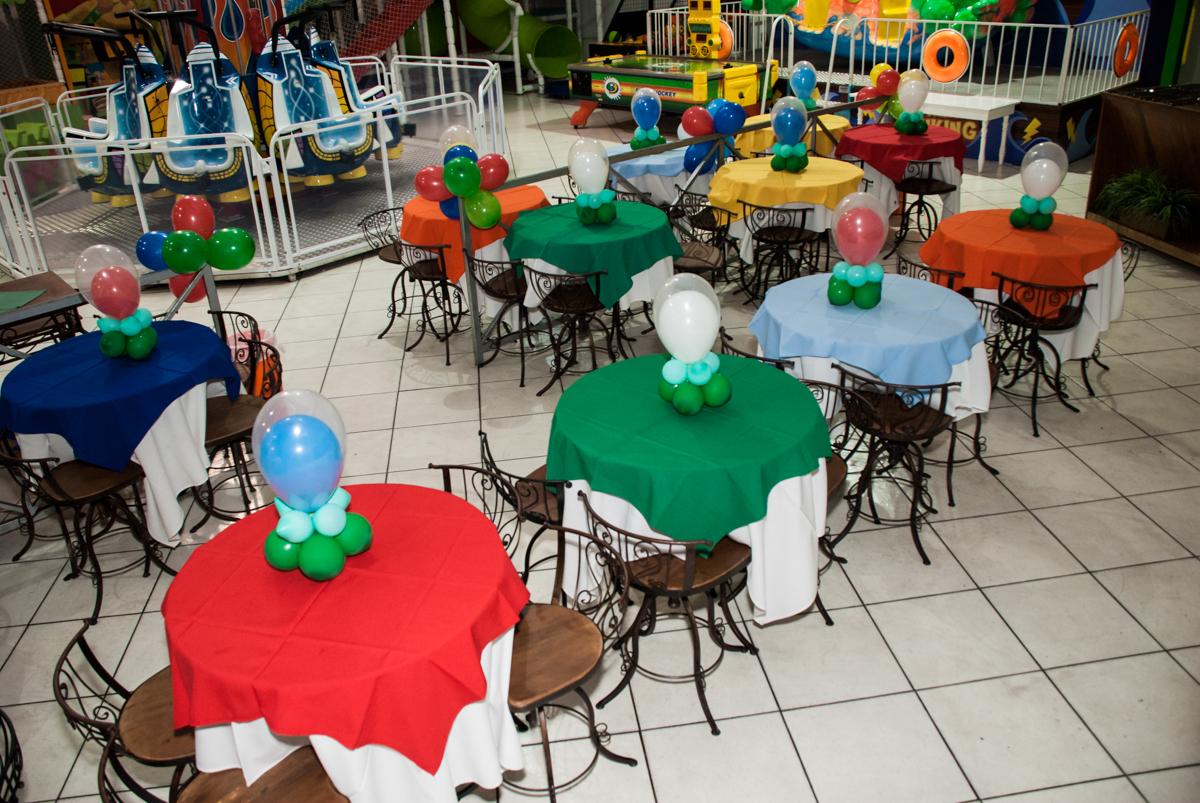mesas decoradas com balão Buffet Fábrica da Alegria, Osasco,São Paulo, aniversário de Vitor 10 anos, tema da festa Patrulha Canina