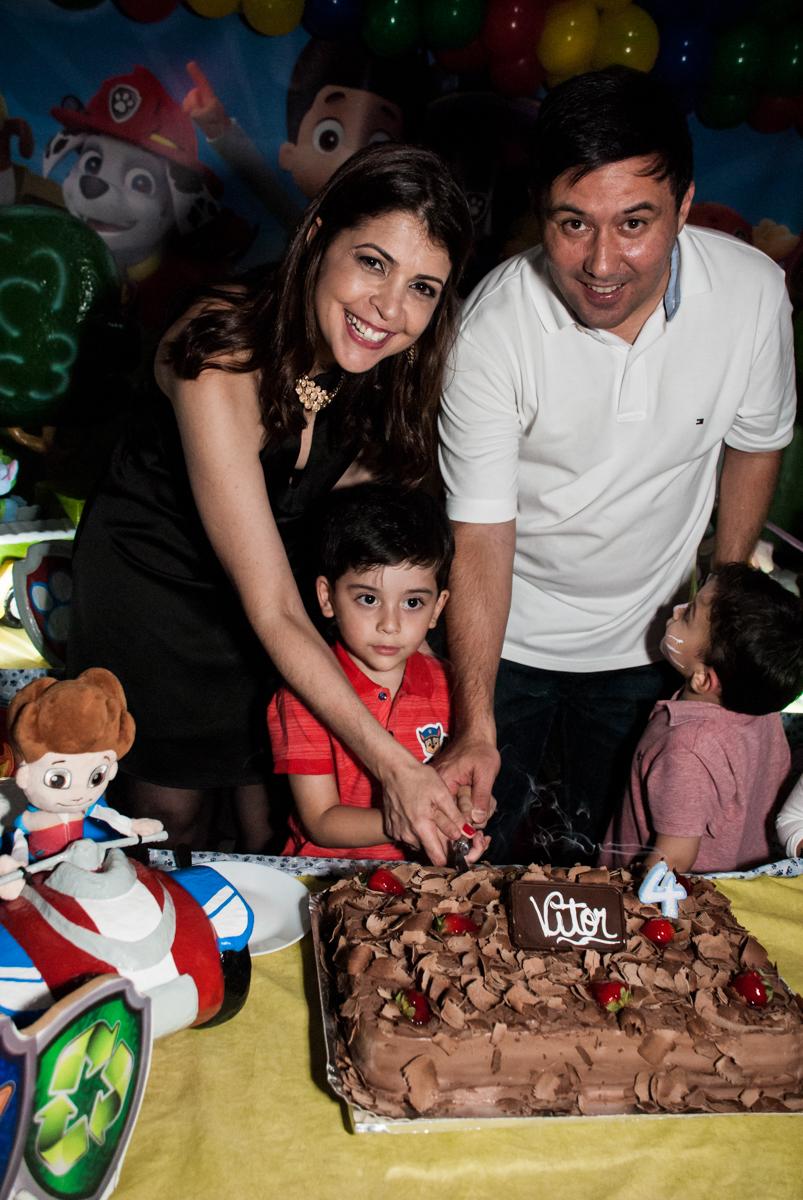 cortando o primeiro pedaço de bolo no Buffet Fábrica da Alegria, Osasco,São Paulo, aniversário de Vitor 10 anos, tema da festa Patrulha Canina