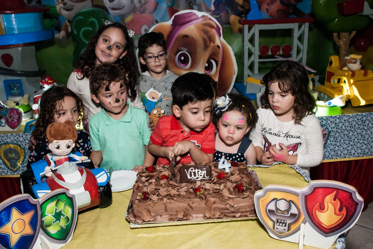 soprando a vela do bolo no Buffet Fábrica da Alegria, Osasco,São Paulo, aniversário de Vitor 10 anos, tema da festa Patrulha Canina