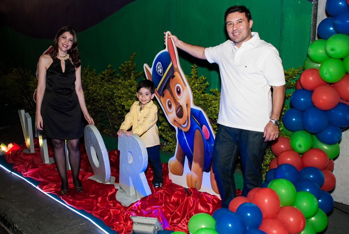 fotografia da família entrada cinema no Buffet Fábrica da Alegria, Osasco,São Paulo, aniversário de Vitor 10 anos, tema da festa Patrulha Canina