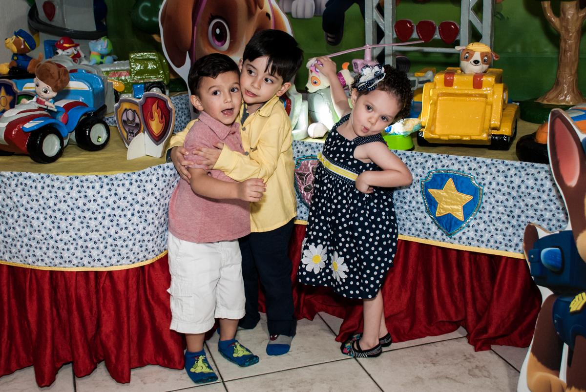 fotogafia com os amiguinhos no Buffet Fábrica da Alegria, Osasco,São Paulo, aniversário de Vitor 10 anos, tema da festa Patrulha Canina