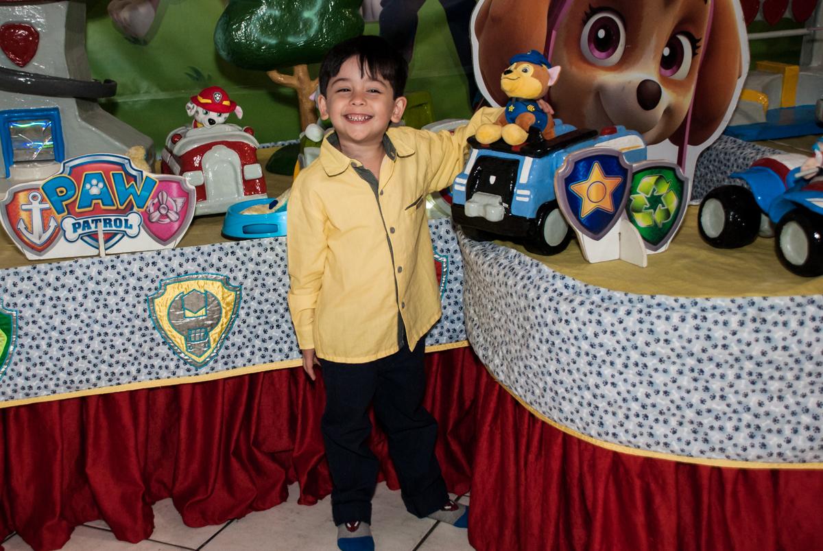 posando para a foto no Buffet Fábrica da Alegria, Osasco,São Paulo, aniversário de Vitor 10 anos, tema da festa Patrulha Canina