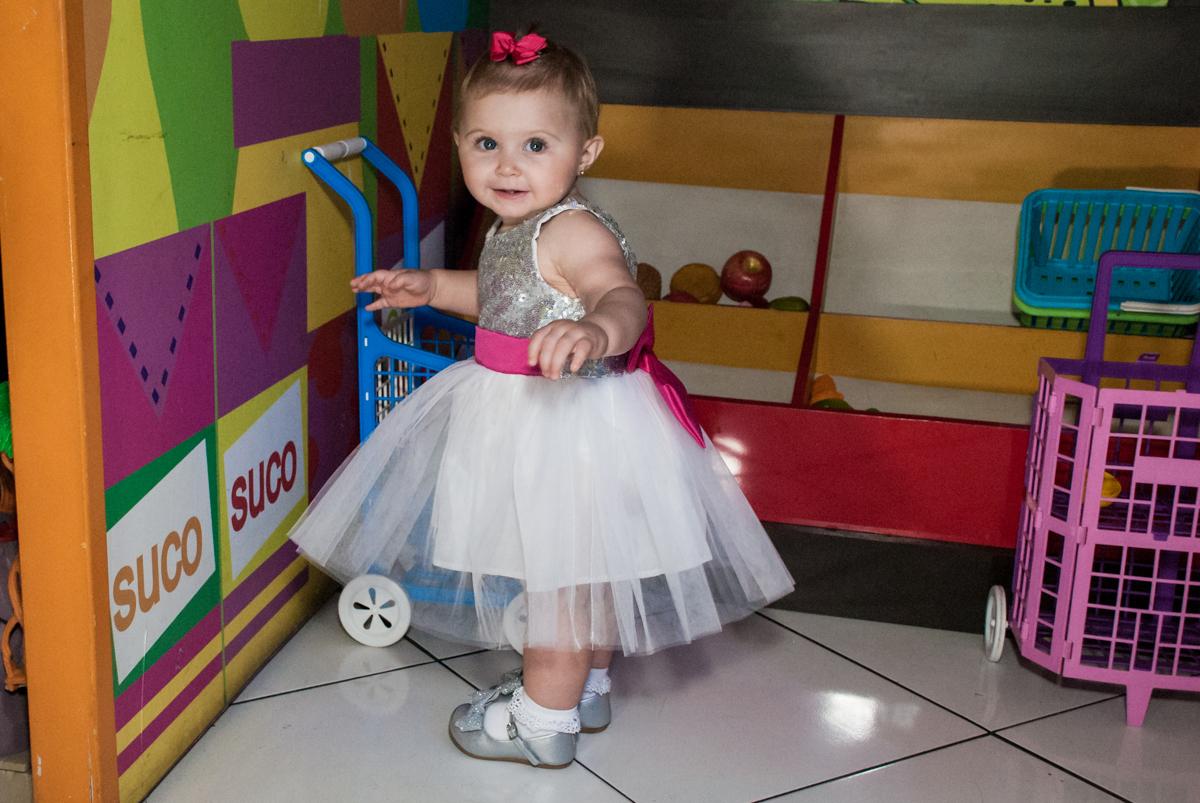brincando no mercadinho no Buffet Fábrica da Alegria, Morumbi, São Paulo, aniversário de Isabella 1 ano, tema da festa Princesas Baby