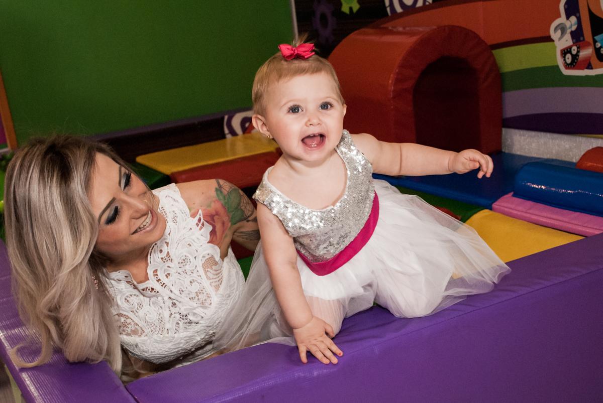 brincando com a mamãe na área baby no Buffet Fábrica da Alegria, Morumbi, São Paulo, aniversário de Isabella 1 ano, tema da festa Princesas Baby