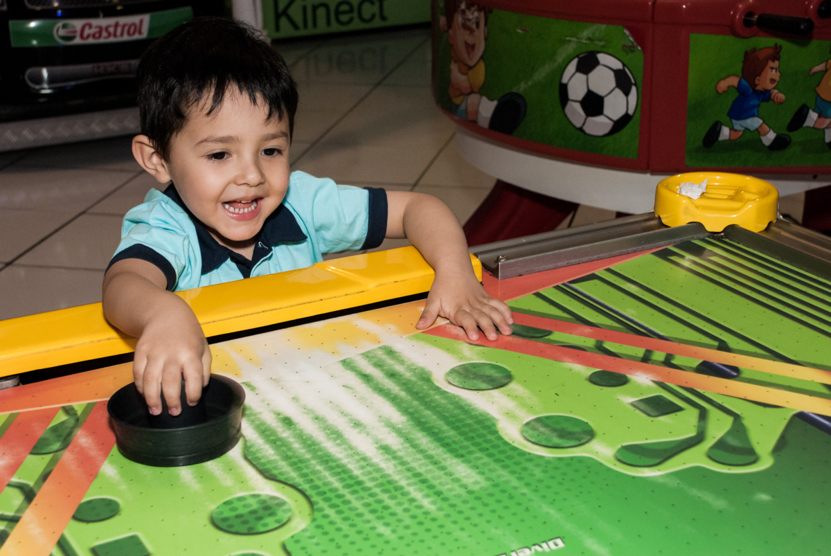 jogando no futebol de mesa noBuffet Fábrica da Alegria, Morumbi, São Paulo, aniversário de Isabella 1 ano, tema da festa Princesas Baby