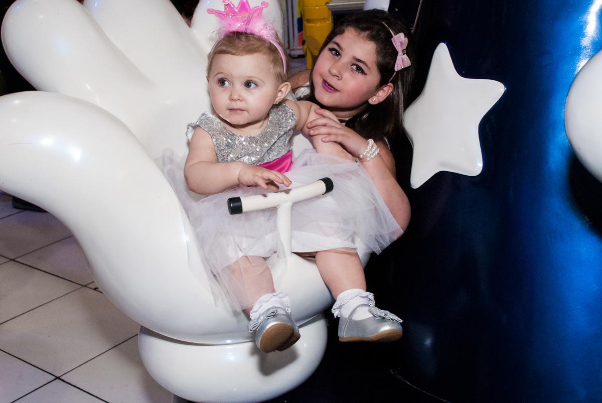 brincando no carrossel com a amiguinha no Buffet Fábrica da Alegria, Morumbi, São Paulo, aniversário de Isabella 1 ano, tema da festa Princesas Baby