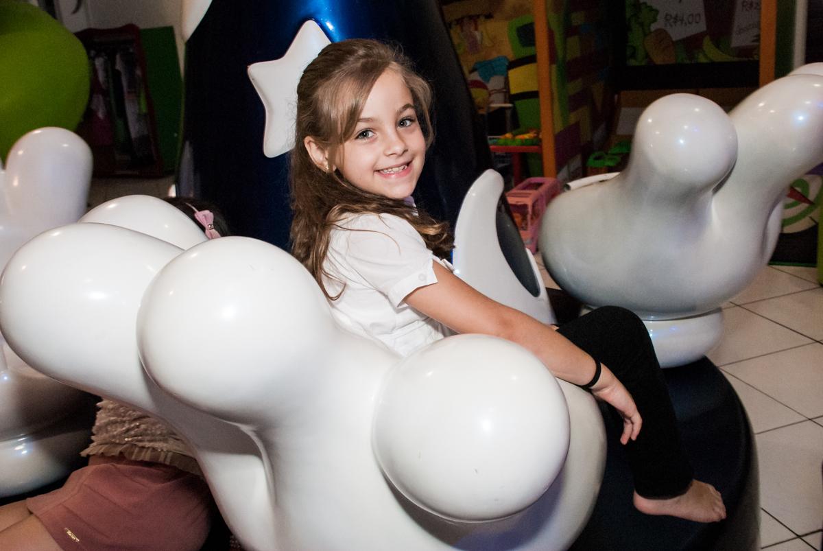 mais diversão no carrossel no Buffet Fábrica da Alegria, Morumbi, São Paulo, aniversário de Isabella 1 ano, tema da festa Princesas Baby