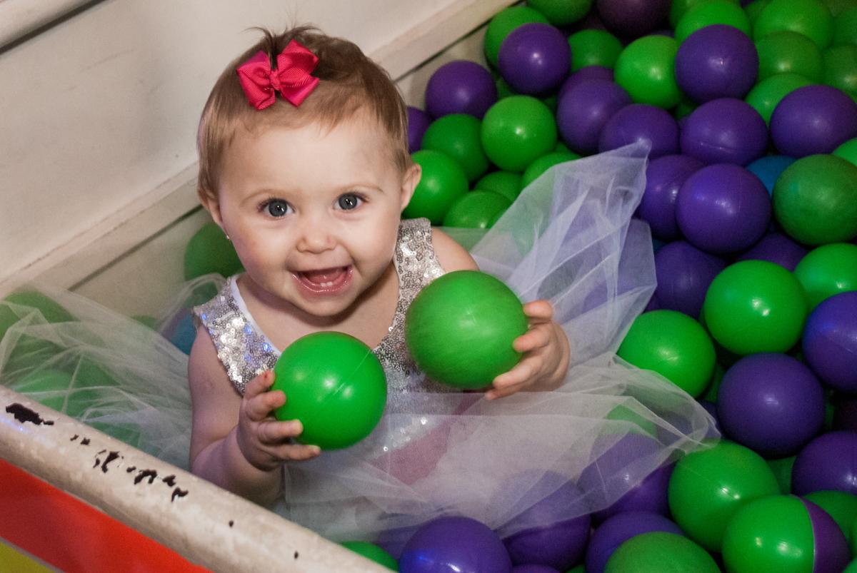 brincando na piscina de bolinhas no Buffet Fábrica da Alegria, Morumbi, São Paulo, aniversário de Isabella 1 ano, tema da festa Princesas Baby
