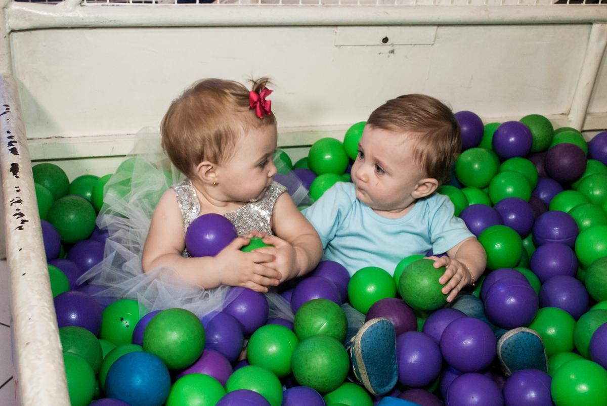 brincando com o priminho no Buffet Fábrica da Alegria, Morumbi, São Paulo, aniversário de Isabella 1 ano, tema da festa Princesas Baby