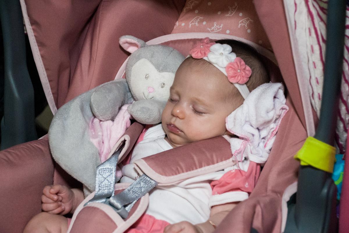 o bebê dorme na festa no Buffet Fábrica da Alegria, Morumbi, São Paulo, aniversário de Isabella 1 ano, tema da festa Princesas Baby