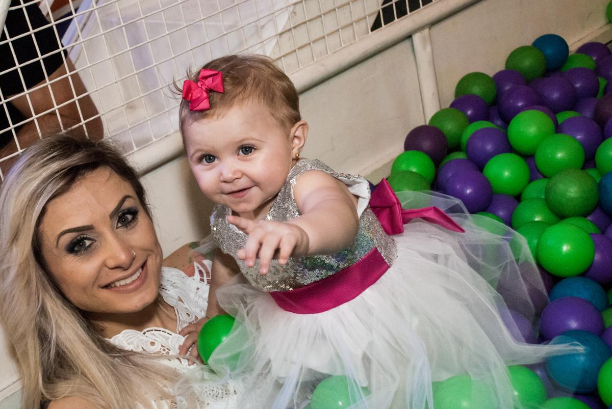 piscina de bolinhas com a mãe no Buffet Fábrica da Alegria, Morumbi, São Paulo, aniversário de Isabella 1 ano, tema da festa Princesas Baby