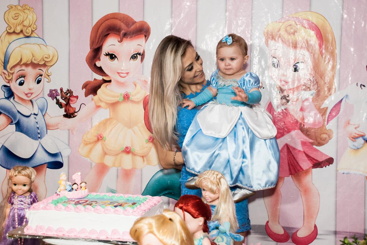 hora de cantar parabéns no Buffet Fábrica da Alegria, Morumbi, São Paulo, aniversário de Isabella 1 ano, tema da festa Princesas Baby