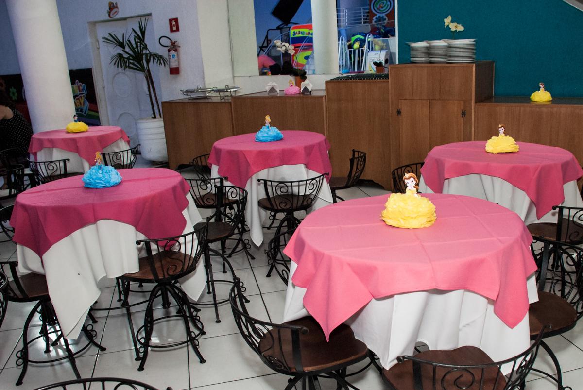 mesas decoradas com as princesas no Buffet Fábrica da Alegria, Morumbi, São Paulo, aniversário de Isabella 1 ano, tema da festa Princesas Baby