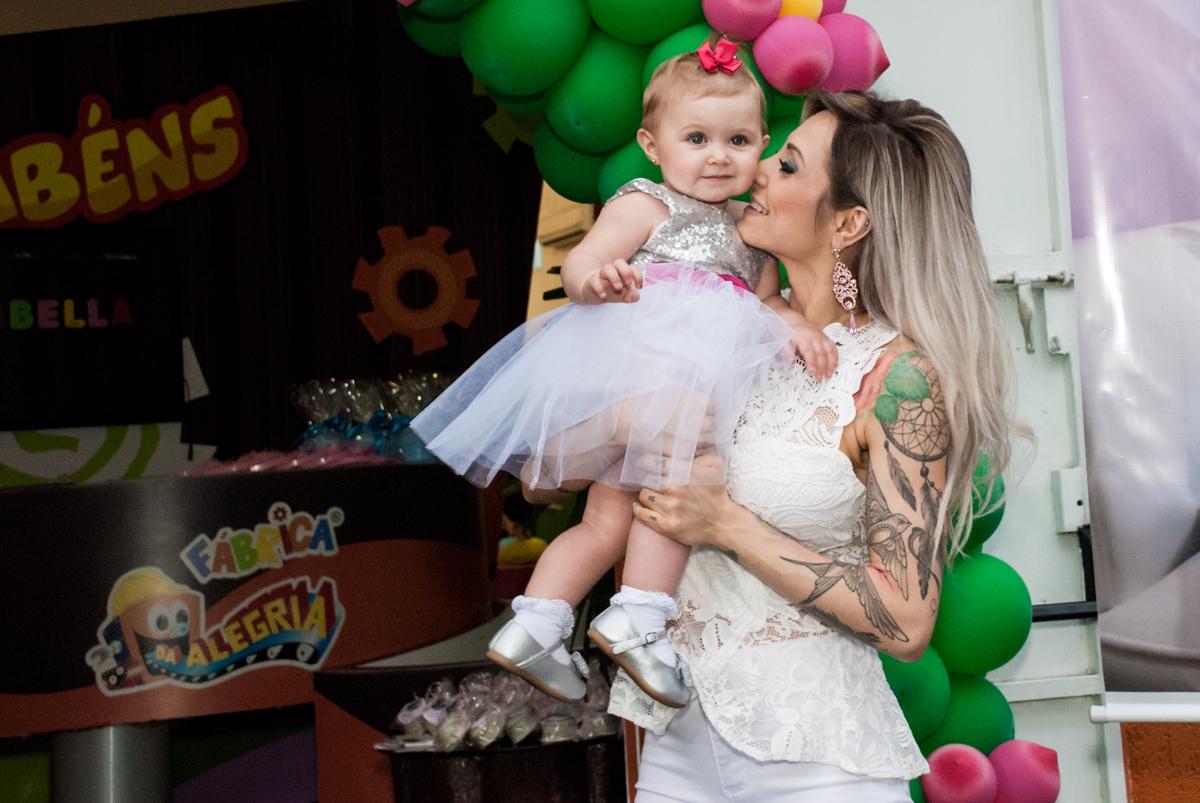 fotografia em baixo do arco de bexigas no Buffet Fábrica da Alegria, Morumbi, São Paulo, aniversário de Isabella 1 ano, tema da festa Princesas Baby