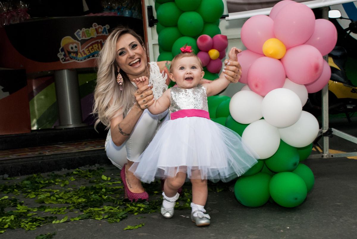 alegria da aniversariante em sua festa no Buffet Fábrica da Alegria, Morumbi, São Paulo, aniversário de Isabella 1 ano, tema da festa Princesas Baby