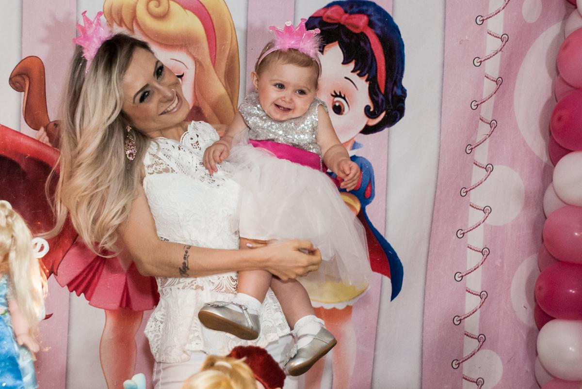 foto com a mamãe no Buffet Fábrica da Alegria, Morumbi, São Paulo, aniversário de Isabella 1 ano, tema da festa Princesas Baby