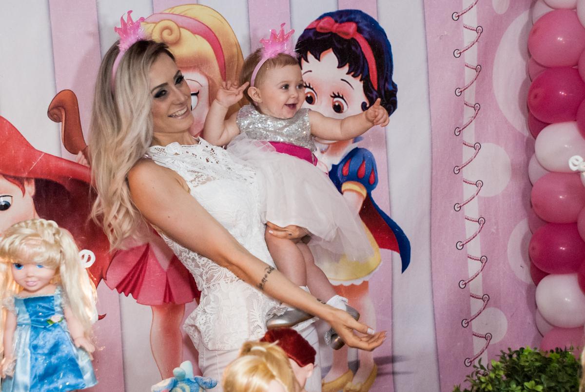 posando para a foto no Buffet Fábrica da Alegria, Morumbi, São Paulo, aniversário de Isabella 1 ano, tema da festa Princesas Baby