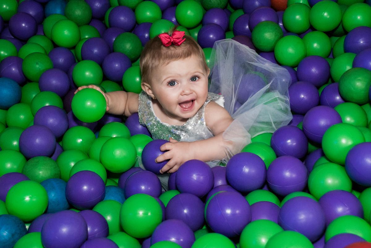 curtindo a piscina de bolinhas no Buffet Fábrica da Alegria, Morumbi, São Paulo, aniversário de Isabella 1 ano, tema da festa Princesas Baby
