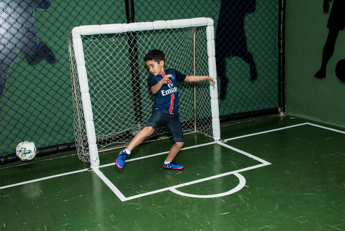 jogo de futebol animado no Buffet Salakaboom aniversário de Gabrile 7 anos, tema da festa Paris San German