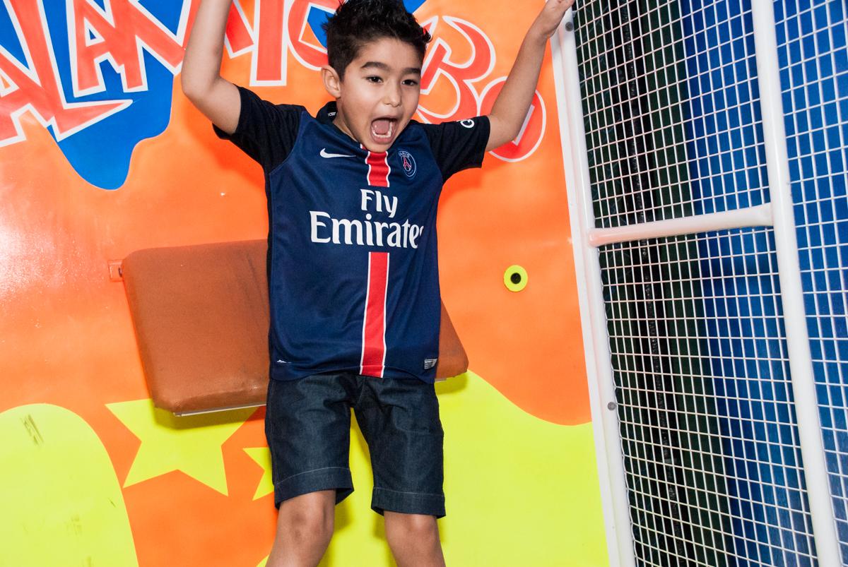 caindo do tombo legal no Buffet Salakaboom aniversário de Gabrile 7 anos, tema da festa Paris San German